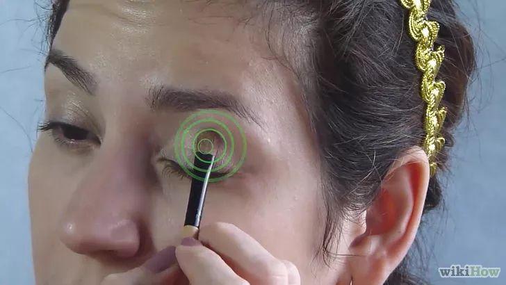 Aprende a aplicar sombra para ojos vía es.wikihow.com