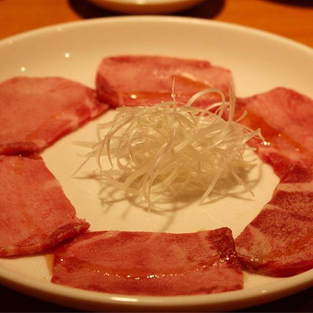 東京、四谷三丁目 . . こんなにシンプルな盛り付けで 出てくる牛タンは、 本当にとろけておいしいよ! そして、なんといってもやっきー中村さんが名物٩( 'ω' )و 深夜営業もうれしいね! . . #名門 #四谷三丁目 #焼肉屋 #焼き肉 #japanesechin #japanesebbq #お肉 #肉 #牛タン #牛タン女子 #肉食系女子 #美味しい #うまい #満腹 #おなかいっぱい #followme #よるごはん #晩御飯 #グルメ #食べ歩き #gourmet #ヤッキー中村 #霜降り #ビール #キムチ #一眼レフ #カメラ女子 #ホルモン #外食 #foodie