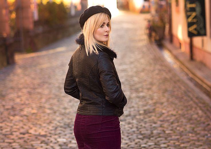 Schöner bordeux farbener Kordrock mit schwarzer Lederjacke & Baskenmütze