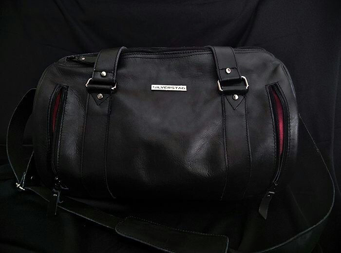 Silverstag Comrade I - 1221 Jet Black is a medium Barrel bag made from 100% handcrafted brush up leather for your daily activity  Gym, office, travel, hang out, anytime, anywhere, you named it! .  Dimension ◆ P x L x T : 15 x 9 x 9 inches. (40 x 25 x 25 cm)  Detail ◆ 100% brush up leather ◆ Full red velvet suede interior ◆ Large main compartment ◆ 4 long outside compartment with zipper (30 cm) ◆ 2 wide outside compartment (23 cm) ◆ All black YKK accessories