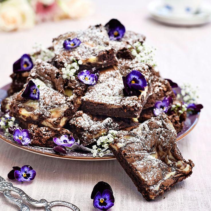Underbara chokladiga brownies. Servera gärna bitarna med lättvispad grädde och bär.