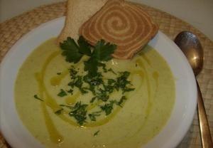 Na olivovém oleji zpěníme cibulku. Přidáme oškrábané a na kostičky nakrájené brambory a cuketu. Přidáme kari koření, sůl a zalijeme vodou, jen asi 1 c...