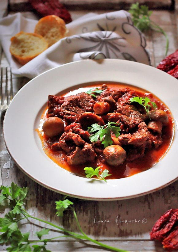 Reteta tocanita de vita cu sos de rosii si ciuperci champignon. Reteta dukan de tocanita cu carne de vita. Mancare cu carne de vita si rosii.