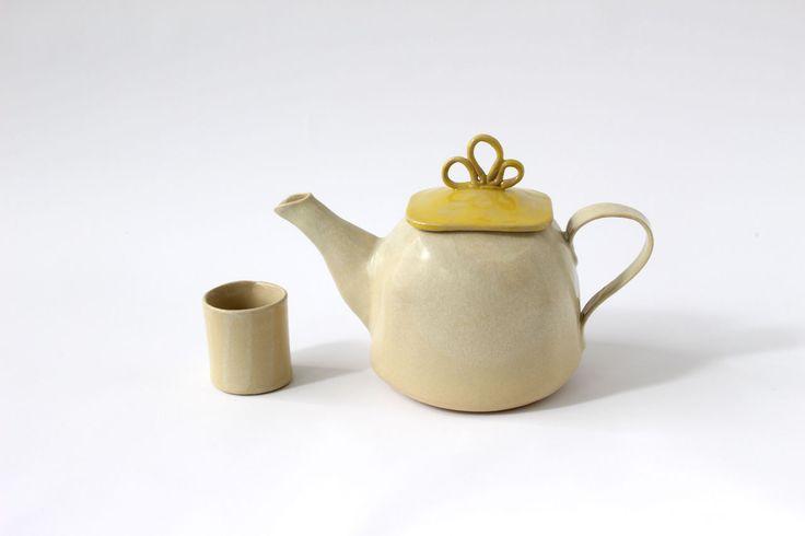 Le Teiere Classiche sono state create per chi ha voglia di avere una bella teiera in ceramica fatta artigianalmente, ergonomica, di facile uso e pratica.
