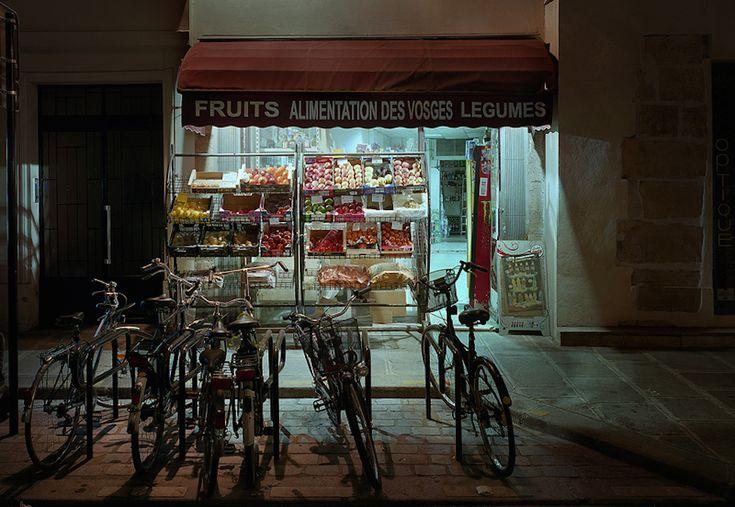 """Alimentations Générales (Marie Hamel) Le """"épiceries"""" di Parigi, di notte - Il Post"""