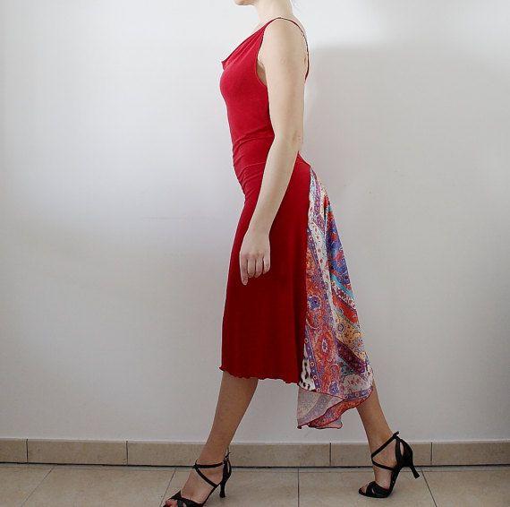 Abito da tango di jersey rosso  Elegante, acceso, ha un movimento meraviglioso! Realizzato in jersey leggero, cadente e molto piacevole La coda di raso leggero con fantasia geometrica, segue ogni movimento! Di linea dritta sul davanti con scollatura drappeggiata. Molto elasticizzato Taglia: S-M   IT- 40-42  UK-8-10  USA- 4-6  FR- 36-38  La modella in foto alta 164 cm ed ha le misure: circonferenza seno 90 cm circonferenza vita 68 cm circonferenza fianchi 92 cm  Pronto per spedizione. La…