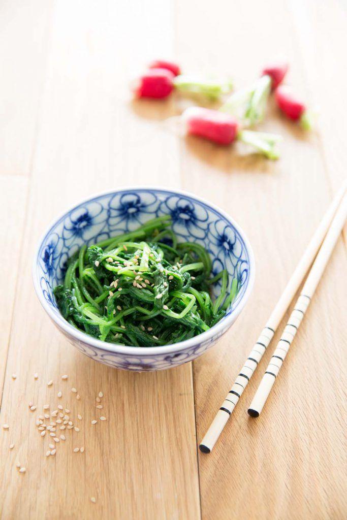 Salade de fanes de radis à la sauce soja et huile de sésame