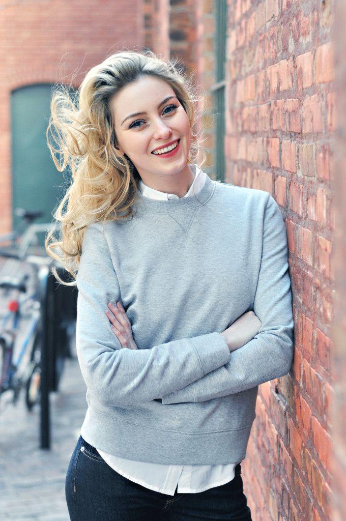 Elizabeth Victoria Clark models a handvaerk unisex sweatshirt.
