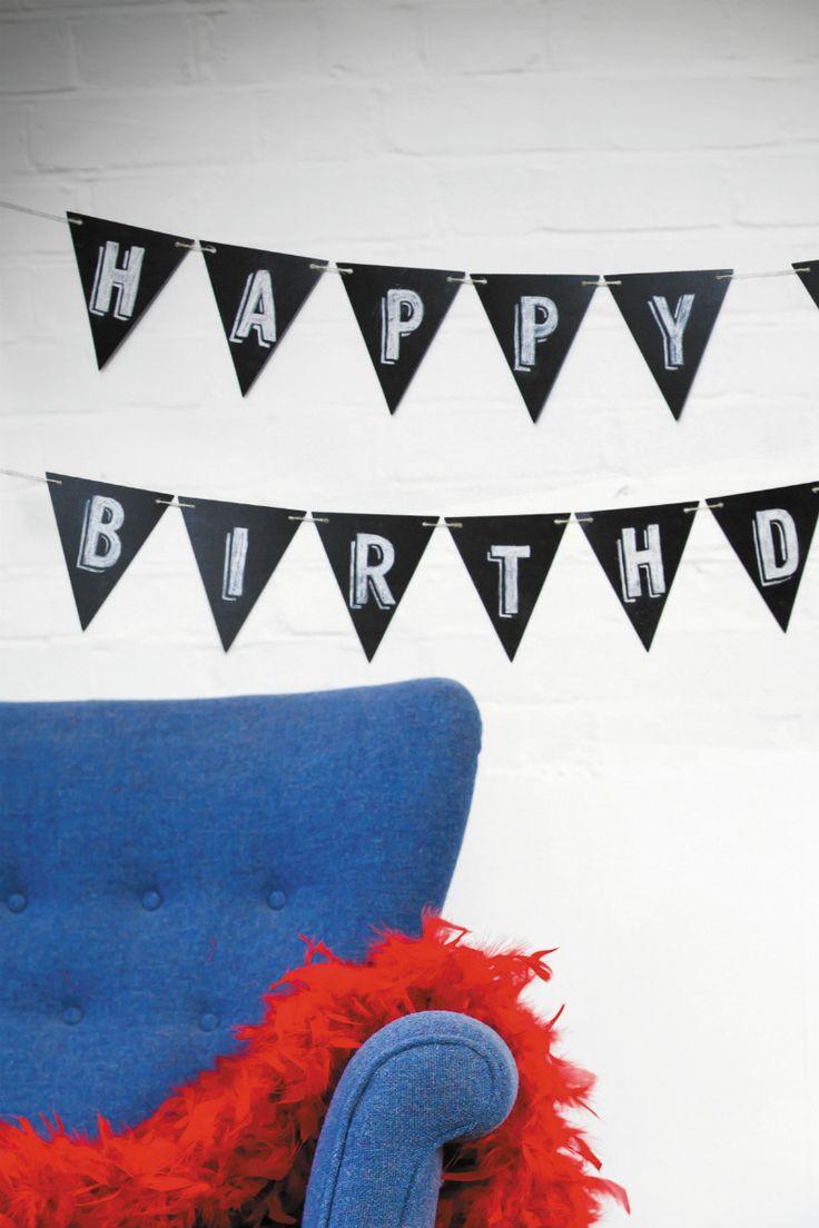 Box 51 DIY krijtvlaggetjes om je huis te versieren voor een feestje of andere gelegenheid. De krijtvlaggetjes zijn voorzien van schoolbordverf waar je je eigen tekst op kunt schrijven met een krijtje. Het zijn in 25 dubbelzijdige vlaggetjes met een totale lengte van vijf meter. De vlaggenlijn kun je als één rij of als twee rijen ophangen. Het is een leuk, modern accessoire die het hele jaar door in je huis kan laten hangen. De tekst is te verwijderen met een nat doekje.