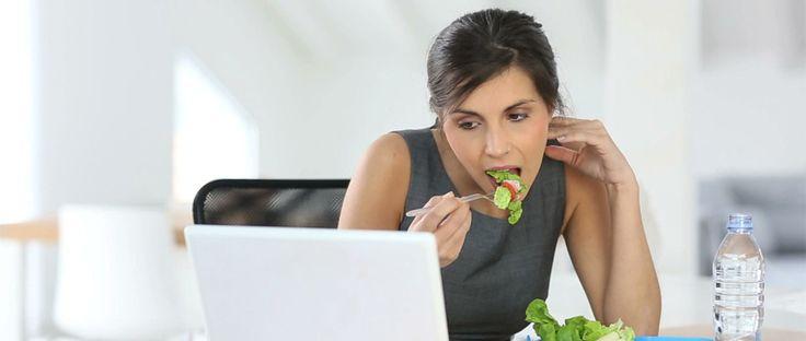 Makan saat kerja merupakan tantangan bagi banyak orang. Penyebab utama adalah kesibukan di kantor yang membuat tidak adanya waktu untuk menikmati makanan sehat, makanan yang umumnya dijual biasanya makanan yang praktis dan tidak memiliki kandungan gizi yang baik