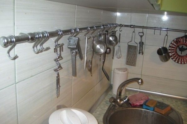 высота рейлинга на кухне над столешницей – от 40 до 50 см. А расстояние от верхнего шкафчика, нижней его полочки, должно составлять не меньше 5−7 см.