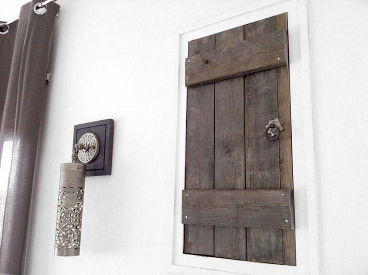 puerta de madera estilo marroqui para esconder contadores...
