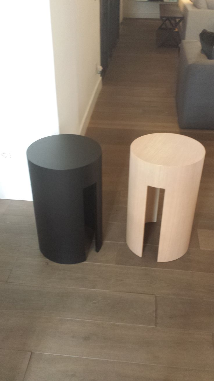 Tavolini bassi Gong in rovere tinto e light. In esposizione presso Meridiani Store by Ikonos