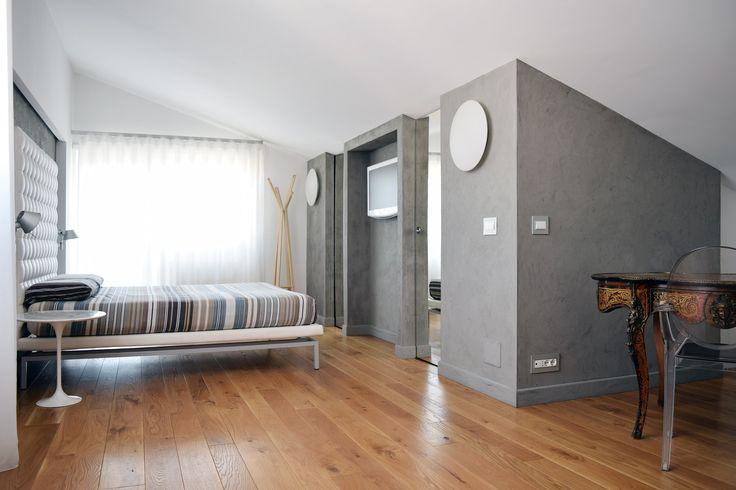 In una palazzina romana degli anni '70 è stato ricavato su due livelli un appartamento di 150 mq dai grandi spazi aperti con un living di ben 50 mq e mansarda al piano superiore – e con mobili e accessori molto scenografici.