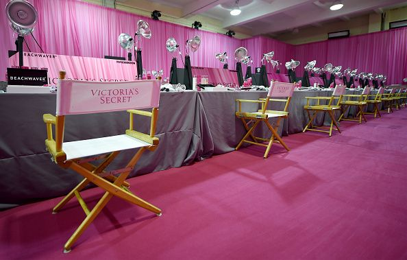Backstage do Victorias Secret Fashion Show 2015, onde as angels aplumam suas asas, sobem no salto e se besuntam daquele strawberry & champagne esperto