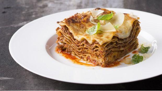Vyzkoušejte slavný italský pokrm s boloňským ragú tak, jak ho připravil Zdeněk Pohlreich ve své kuchařské škole Vařte jako šéf! Když si tuto lahůdku uděláte doma, možná budete překvapeni její dokonalou chutí. Od těch z polotovarů se domací lasagne liší skutečně v mnohém.