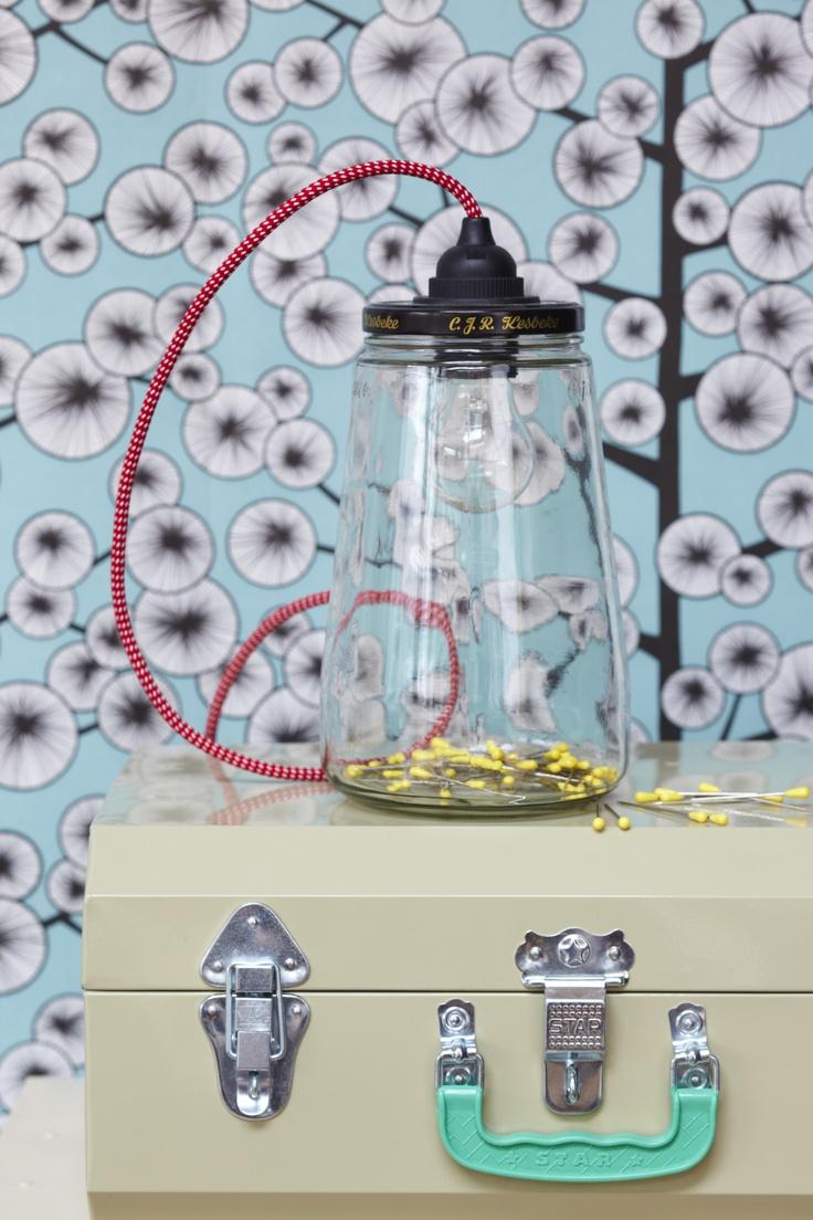 Leuke lamp gemaakt van een augurkenpot! Goed schoongemaakt en voorzien een mooi rood - wit of zwart - wit snoer voor een bom licht in huis. De pot kan ook gedeeltelijk worden gevuld met knoopjes, kralen, beestjes of net wat je leuk lijkt. De pot is 25 cm hoog en heeft een stekker van 1 meter met zwarte plafondkap. Recycle recycling hanglamp glas glazen kinderkamer babykamer stoer