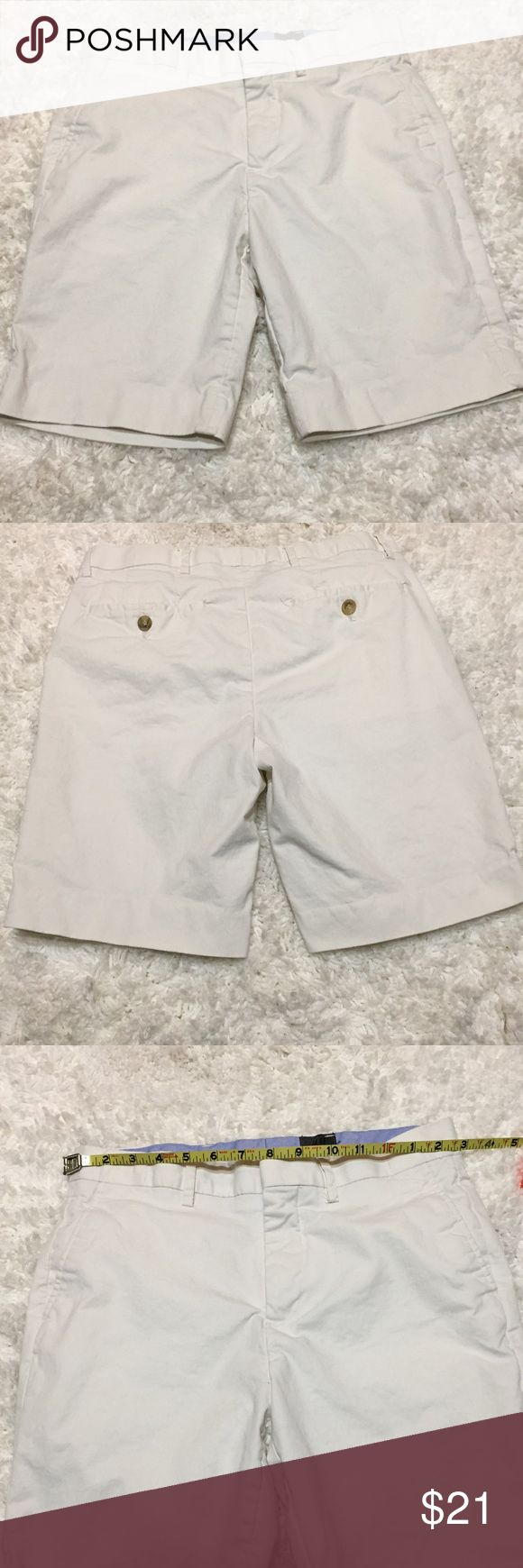 "H&M Men's White shorts Size 30R H&M Men's White shorts Size 30R. Material: 97% Cotton, 3% Elastane. Machine Wash Cold. Washed once and never worn. Approximate Measurements laying flat: Waist 30"", Inseam 8"", Hips: 17.5"". 🚫 NO TRADES OR LOW BALL OFFERS🚫 A5 H&M Shorts Flat Front"