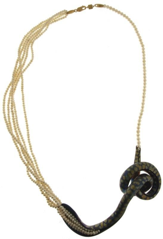 "José Marin - ""Como en un mana"". Necklace: Titanium, gold and pearls"