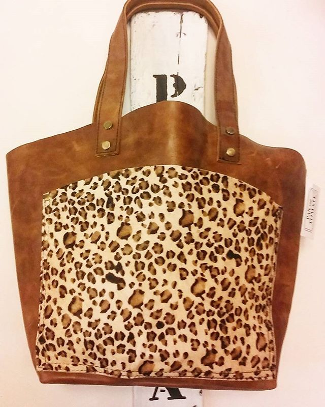 Good morning!!!Buenos dias!!Handmade Animal print leather bag ☀Bolso de piel con animal print hecho a mano   @pan_con.tomate#leatherbag #handmade #handmadebags #animalprint  #colorleather #zebraprint #leopardprint #leopard #leopardo #bolsopiel #hechoamano #