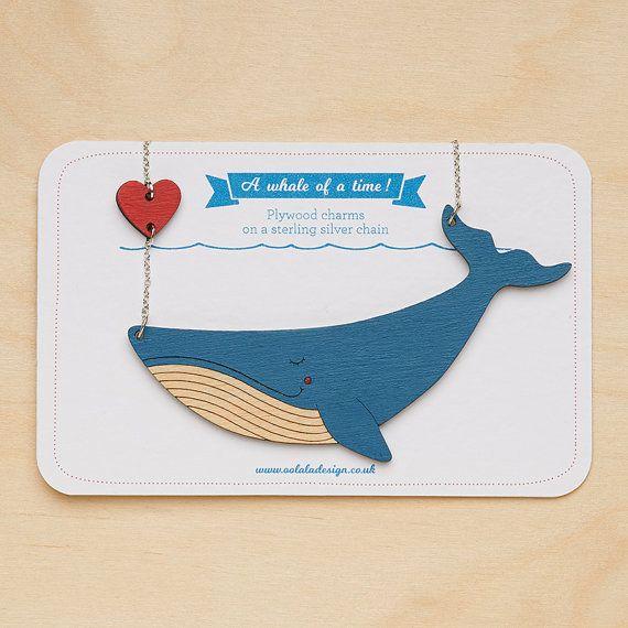 Balena blu collana con cuore - dipinta a mano - taglio Laser - dichiarazione collana - balena pendente - collana animalier - Sea life - gioielli di balena