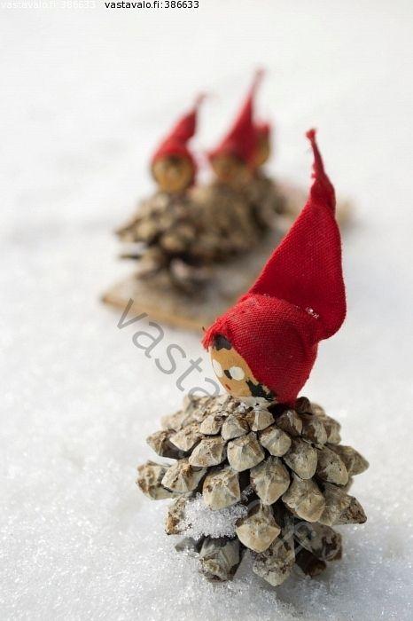 Käpytontut - tonttu tontut käpytonttu käpytontut käpy kävyt lumi lumessa luminen punainen tonttulakki punaiset tonttulakit koriste joulukor...