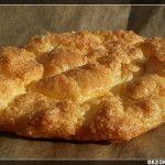 Pitabroodjes koolhydraatarm en glutenvrij. Het eten van crackers is vrij eentonig, dus ik ben blij dat ik een alternatief broodje vond. In Amerika noemen ze dit 'Ooopsie bread'. Heel eenvoudig te maken broodjes, die je ook kunt beleggen (ik deed met kruidenkaas en sla) of als je er sesamzaadjes op doet en ze iets kleiner en hoger te maakt, kun je ze ook als hamburgerbroodje gebruiken, of je kunt er zelfs een zwitserse rol mee maken. Kortom, eindeloos veel variaties.