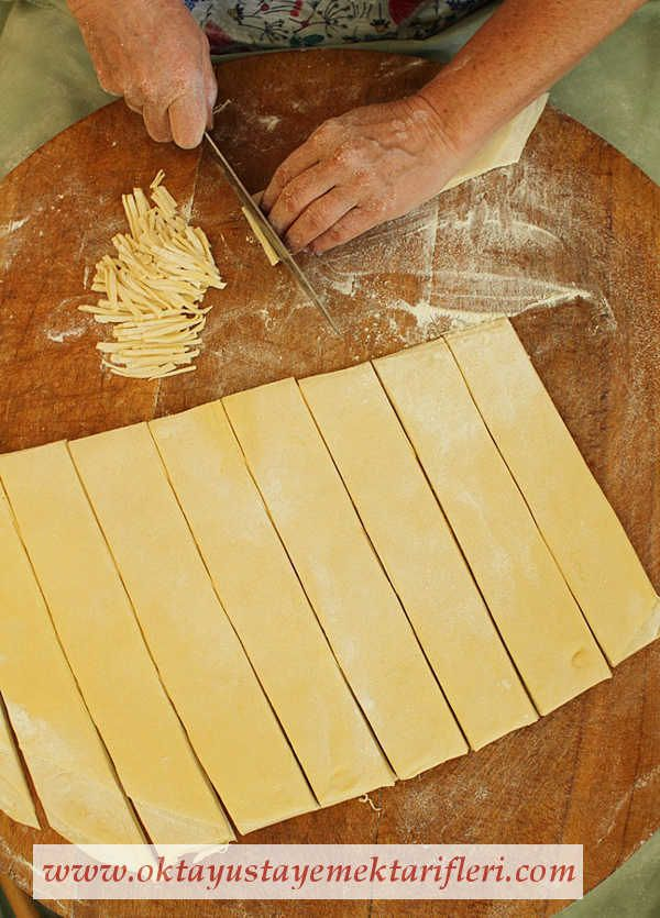 Ev Makarnası Erişte - Oktay Usta Makarna Tarifleri. Erişte nasıl yapılır? Oktay Usta resimli kolay pratik Ev Makarnası Erişte Tarifi yapılışı için tıklayın.
