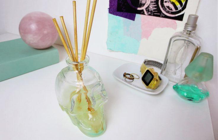 Faça o seu próprio difusor de ambientes. Projetos para inspiração e tutorial (is) faça você mesmo. // faça você mesma, DIY, inspiração, decoração, ideia, tutorial, como deixar a casa cheirosa, cheiro, olfato, palitinho, essência, difusor, aroma, le lis blanc,