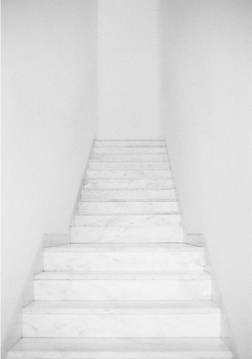 .: White Staircase, Duvet Covers, Whitestair, Shabby Farmhouse, Marbles Stairs, Marble Stairs, Homemade Paintings, White Wall, White Stairs