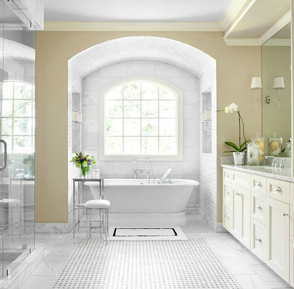 Beautiful master bathroom design with yellow walls paint for Beautiful bathrooms