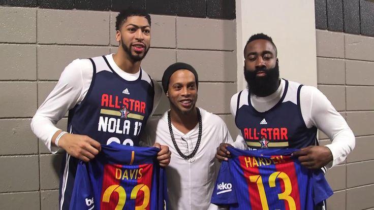 OLE777 Sports – Ronaldinho tampaknya telah mengambil peran barunya sebagai mantan pemain dari klub Barcelona, ia tiba di akhir pekan ini dengan pergi mengunjungi NBA All-Stars di New Orleans dengan puluhan kaos replika mantan klubnya yang ia bagikan.