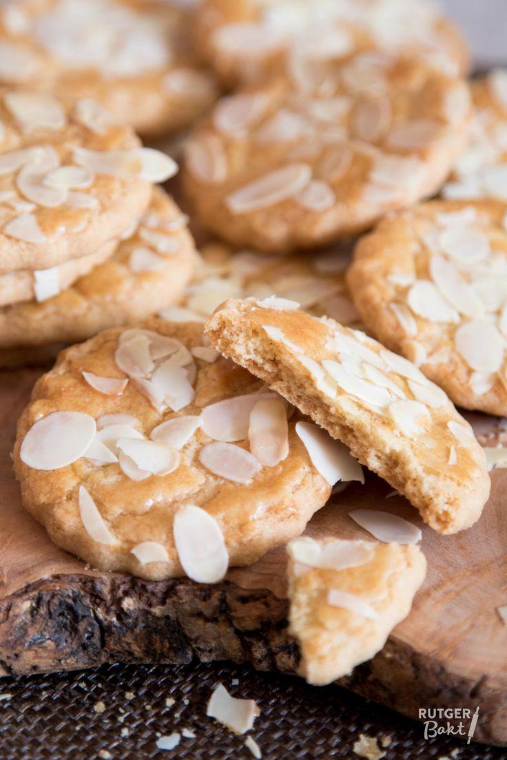 Deze koekjes zijn makkelijk en simpel te bakken. Door het gebruik van bakingsoda in dit recept rijzen de koekjes mooi en zijn ze heerlijk knapperig.