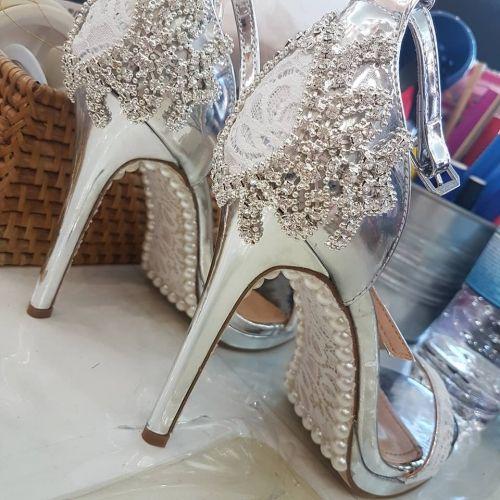 Χειροποίητο νυφικό πέδιλο stories for queens στολισμένο με άνθη και κρύσταλλα στο χέρι  http://handmadecollectionqueens.com/νυφικα-πεδιλα-με-δαντελα-και-περλες  #handmade #fashion #bridal #sandal #heel #footwear #summer #spring #storiesforqueens #πεδιλο #χειροποιητο #υποδηματα  #νυφικο