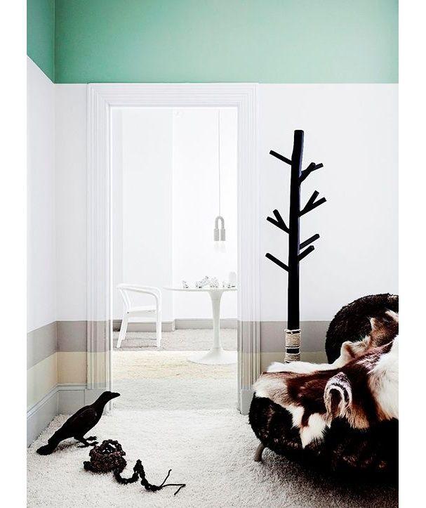 Un mur peint de quatre bandes horizontales de couleurs
