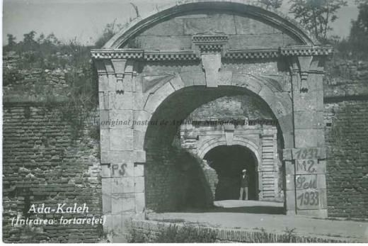 BU-F-01073-5-01949-2 Intrare în fortăreaţa de pe insula Ada Kaleh (insulă pe Dunăre, acoperită în 1970 de apele lacului de acumulare al hidrocentralei Porțile de Fier I), s. d. (sine dato) (niv.Document)