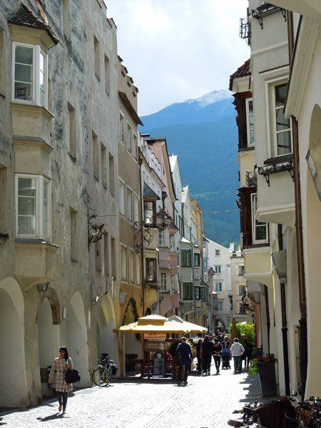 Altstadtgassen in Brixen. Die Bischofsstadt wird oft auf der Brennerautobahn links liegen gelassen - zu unrecht! Eine Tourberschreibung durch Brixen findet ihr unter http://wanderzwerg.eu/brixen/