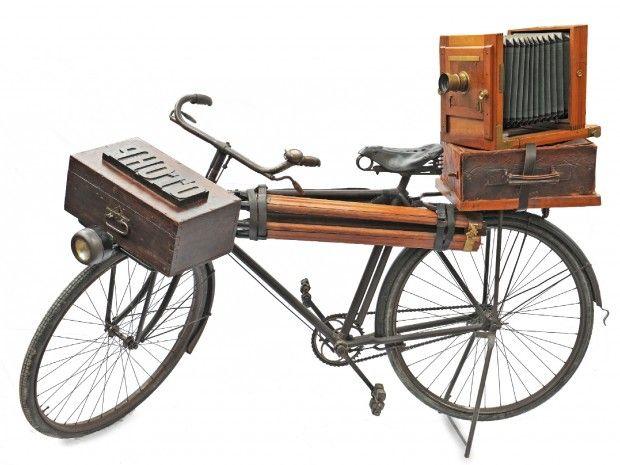 Il fotografo era dotato di macchina con soffietto, cavalletto in legno, ombrello e altro