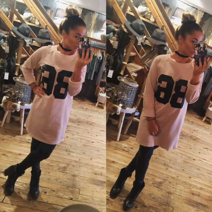 Deze lange trui, draag je met een leuke legging of panty.  Een gave sneaker of een laarsje maken jou look helemaal af.   We hebben de trui in 2 kleuren, het nummer 86 is van imitatie leer.   http://www.halloshop.nl/a-45665578/kleding/long-sweater/  100% katoen  In de maten s/m tot m/l  De leren legging die word gedragen verkopen wij ook.   De sieraden die u op de foto ziet, zijn alleen in onze winkel te Gouda te verkrijgen