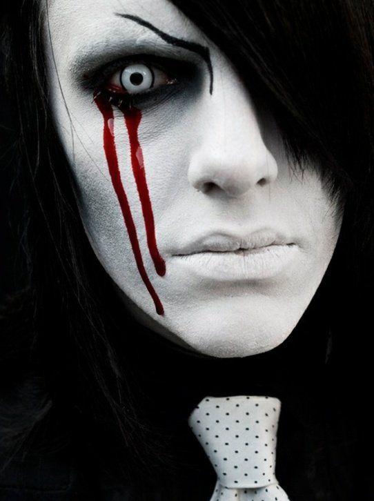 maquillage d`Halloween comme vampire sanglant avec des lentilles bleues