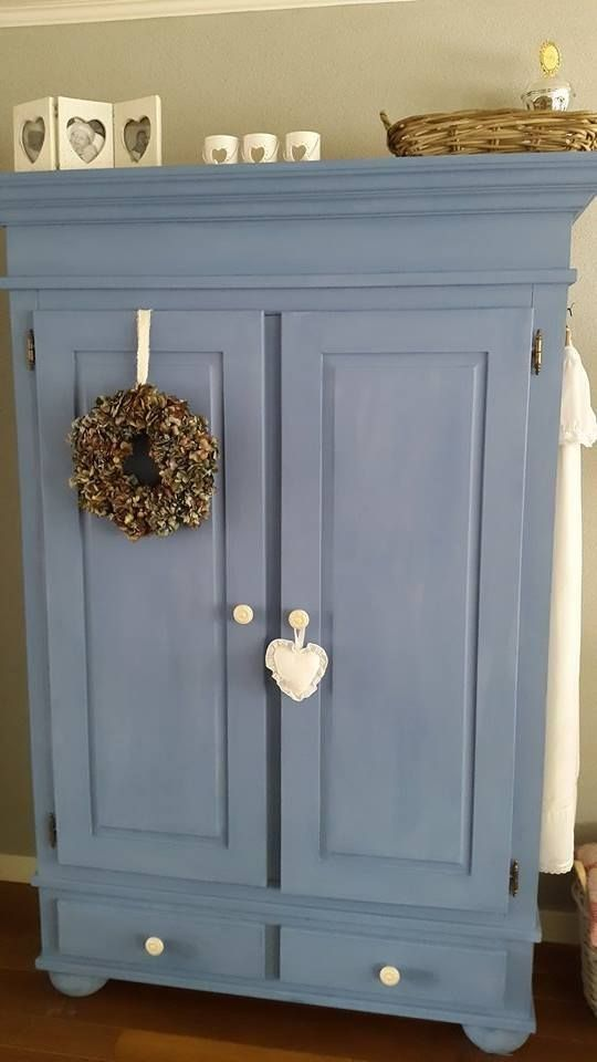 DIY Chalk Paint ™ van Annie Sloan Greek Blue | Shabby Treats. And so an old cabinet becomes new.