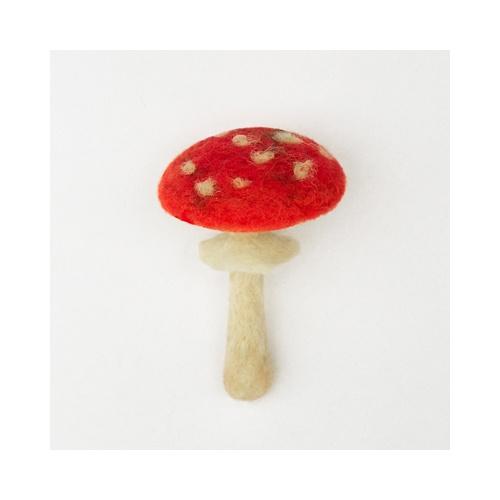 Mochomůrka plstěná houbo brož (Amanita muscaria) Mochomůrka červená Amanita muscaria Mochomůrka je vyrobena z několika druhů barveného rouna: červený klobouček stínovaný nafialovělo a hnědou s bílým přírodním tečkováním; bílé přírodní podhoubí; bílá přírodní nožka se sukénkou stínovaná světle okrovou; Brož je vysoká 7-8 cm; zezadu se spínacím ...