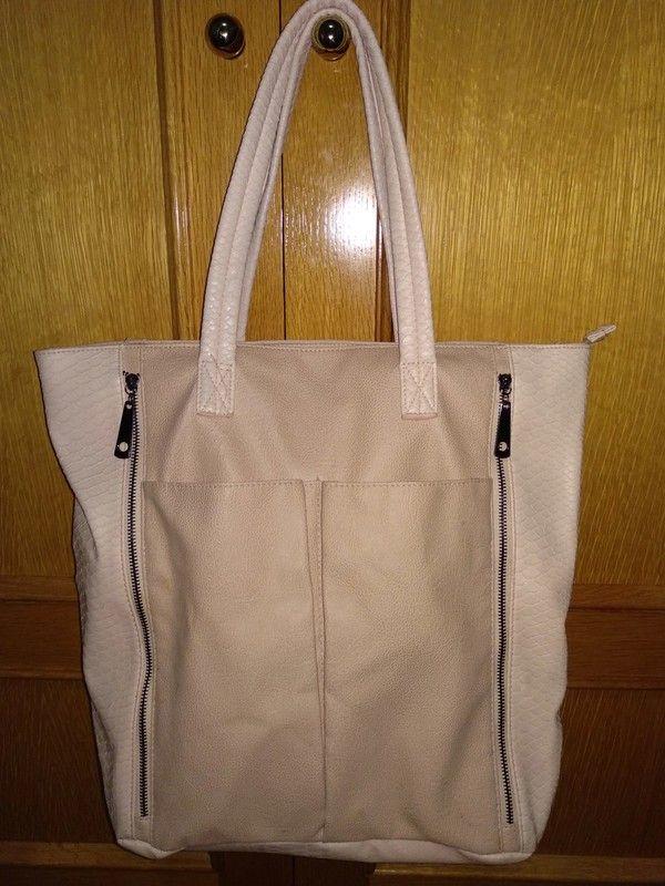 0281b1a9d Bolso grande perfecto para ir a clase, caben de pie libros y carpetas. Tiene