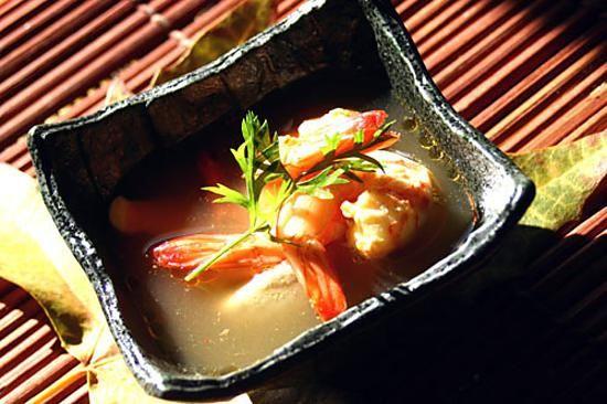 La meilleure recette de Tom Yam Kung, Soupe Thaïlandaise! L'essayer, c'est l'adopter! 4.3/5 (9 votes), 13 Commentaires. Ingrédients: 250 g de crevettes, 3 verres d'eau, 2 gousses d'ail, 5 feuilles de combava ou le zeste d'un petit citron vert, 3 fines tranches de galanga (frais ou sec) ou 1 morceau de gingembre frais râpé, 3 cuillères à soupe de Nuoc nam, 2 brins de citronnelle, 1 échalote émincée, quelques champignons de paris, 3 piments oiseau, 1/4 verre d...