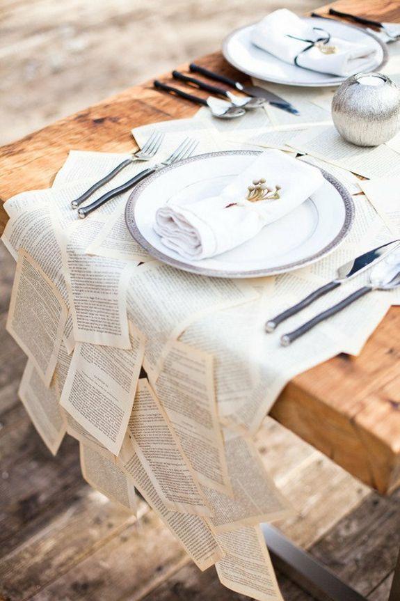 Quelle table conviendra le mieux à notre soirée de Noël ? Découvrez nos meilleures idées déco ! Le chemin de table/ table plate Book page table runner