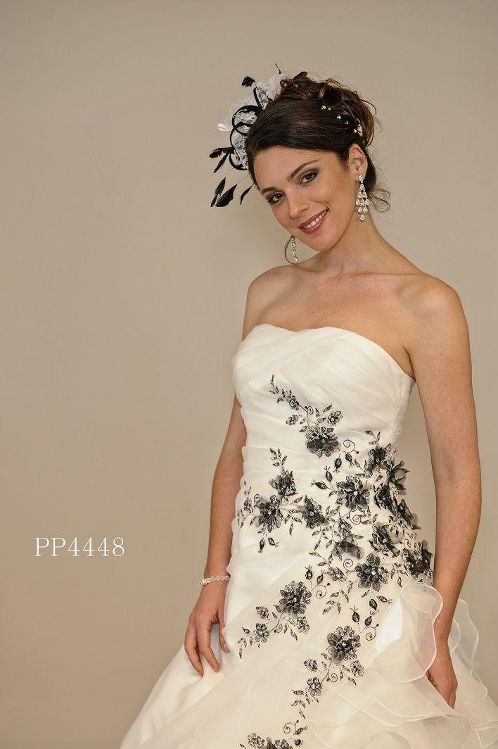 Trendy organza trouwjurk met zwart en zilveren applicaties en kant bewerking voor een opvallende uitstraling.