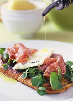 Italiaanse salami en bloukaas bruschetta   SARIE KOS   'n Twist op die gewone toebroodjie #bruschetta