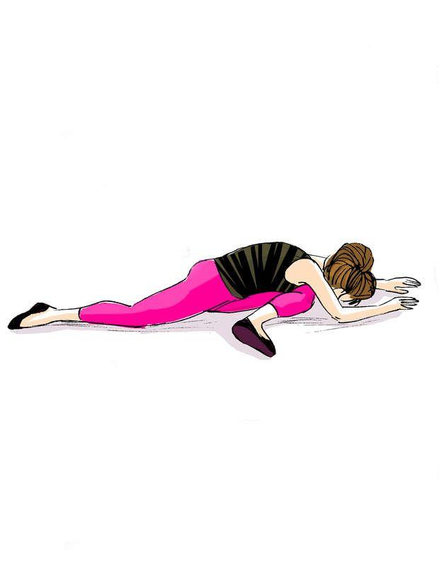 Etirer ses adducteursAssise sur un tapis, faites pivoter votre jambe droite, en prenant appui sur vos mains. Dans le même temps, placez votre jambe gauche tendue derrière vous. La fesse gauche reste au sol, et ne se lève pas. En expirant, venez poser votre buste sur votre genou devant vous.