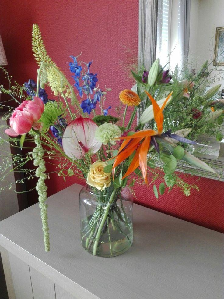 Kris kras door elkaar boeket met verschillende bloemen ..