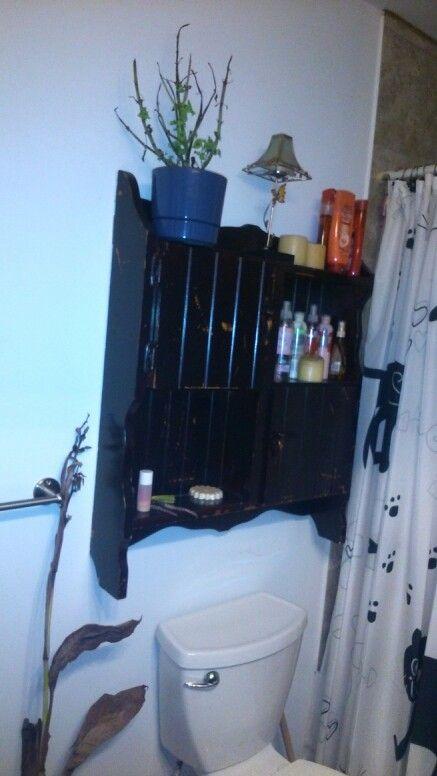 Armoire de salle de bain faite avec une vieille huche de bureau...